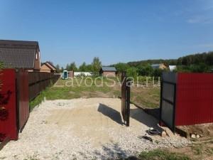 Забор - в основе столбы из винтовых свай