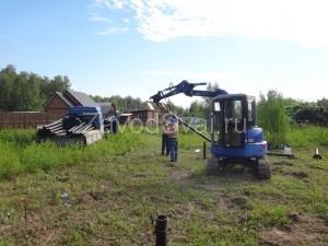 Подготовка винтовой сваи к установке с помощью спецтехники