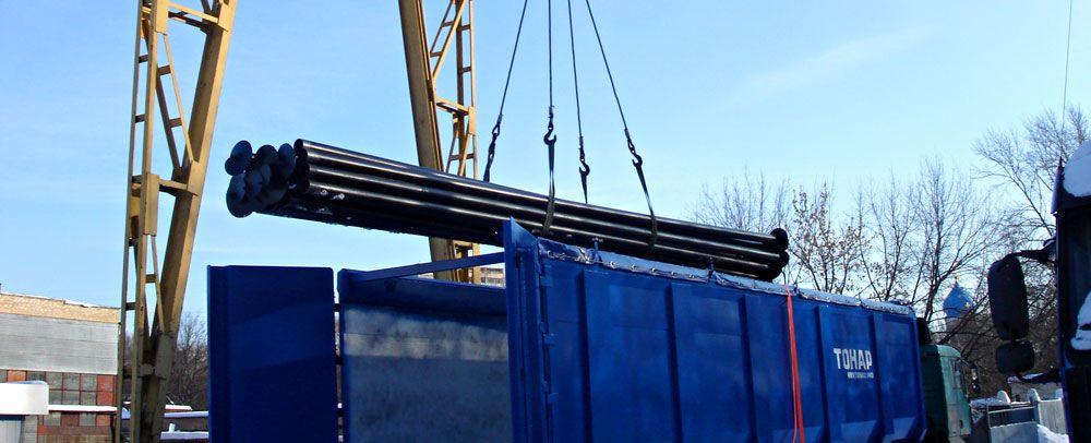 Погрузка винтовых свай мостовым краном грузоподъемностью 5 тонн.Доставка бортовыми грузовиками по 100 винтовых свай.